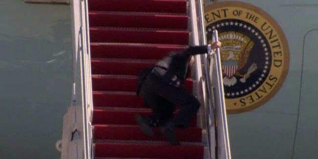 Biden uçağa binerken 3 kez düştü!